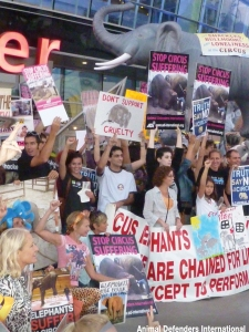 protestors-outside-staples-centre-la